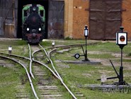 Железнодорожная стрелка и старинный локомотив в музее паровозов