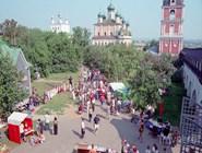 Народные гуляния в день города. Вид с галереи Никольской церкви