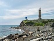 Бухту Утриша разделяет полуостров, на котором стоит маяк