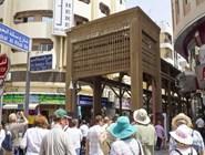 Туристы посещают Золотой рынок
