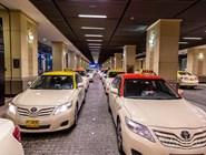 Автомобили такси на подземной парковке