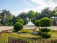 """Клумбы и фонтан в центре города, рядом с киноконцертным комплексом """"Победа"""""""