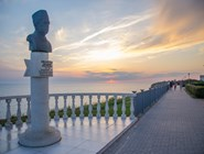 Памятник Аванесову на набережной за Высоким берегом