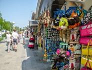 Из-за обилия торговых палаток некоторые района города становятся похожи на неопрятный базар эпохи 90-ых
