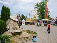 Еще один памятник белой шляпе в парке 30-летия Победы