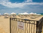 Некоторые пляжные зоны закрытые и работают только для постояльцев отеля, к которому относятся