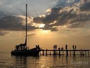 Прогулка на настоящей яхте с группой других туристов обходится относительно недорого
