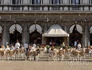 Фасад и летние столики Caffe Florian