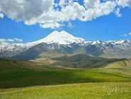 Даже летом на вершинах Эльбруса лежат снега