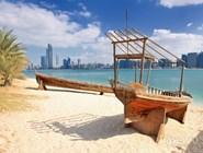 """Традиционная арабская лодка """"Доу"""" на пляже Абу-Даби"""