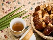 Кофе и свежие финики на восточном базаре