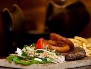 Фирменная подача мяса - на деревянной доске