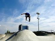Выполнение упражнений на скейтборде