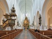 Деревянный алтарь XVI века в интерьере церкви