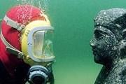Франк Годдио осматривает скульптуру сфинкса с головой царя Птолемея XII, отца Клеопатры VII. Фото: Jerome Delafosse/EPA