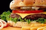 Гамбургер подают с картофелем фри. // Google.com