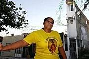 Хозяйка дома на фоне своего жилища. // Ed Ferreira/AE