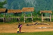 Многие лаосцы до сих пор живут в деревянных хижинах. // GettyImages