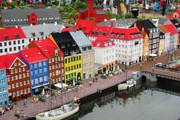 Миниатюрные копии европейских достопримечательностей можно увидеть в комплексе Legoland. // scantours.net