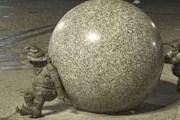 Два Сизифа катят тяжелый гранитный шар на Рыночной площади. // wroclawzwyboru.blox.pl