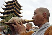 Буддистские монахи на открытии пагоды. // Reuters
