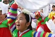 Фестиваль привлекает тысячи гостей и участников. // llf.or.kr