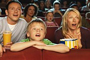Кино можно закусывать деликатесами. // GettyImages