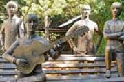 Скульптуры музыкантов выполнены в натуральный рост. // Google.com