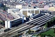 Справа - нынешний Южный вокзал, слева - запасные пути, на месте которых будет построен новый главный вокзал // wikipedia.org