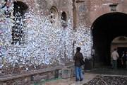 Написанные на клочках бумаги и приклеенные жвачкой признания в любви покрывают всю стену дома. // cking.flickr.com