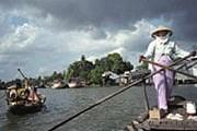 Сейчас гостей фестиваля возят на лодках. // vietnamartbooks.com