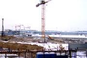 Вид строящегося терминала Шереметьево-3 со стороны Шереметьево-2. На переднем плане - котлован соединительной галереи между терминалами и станцией. // Travel.ru
