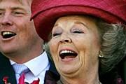 Королева Беатрикс и ее сын принц Виллем-Александр приветствуют подданных. // nrs.ru
