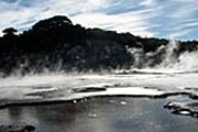 Пар и черные озера делают Тикитере «адским» местом. // thenewzealandsite.com