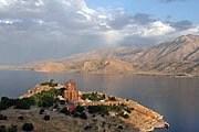 На острове в центре озера стоит древняя церковь. // AP