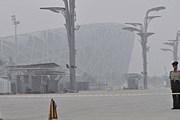 Плотный смог в районе олимпийского стадиона в Пекине. // Reuters