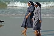Монахини воздвигли на пляже алтарь. // shunya.net