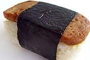 Спэм-мусуби открывает список лучших блюд. // latimes.com