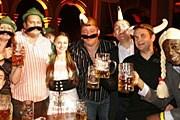 Лондонцы надевают накладные усы и шляпы с перышками. // londonbierfest.com
