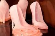 Один из экспонатов - стеклянные туфли. // Åsa Jungnelius