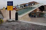 Новый мост, несмотря на свое изящество, не всем пришелся по нраву. // comune.venezia.it