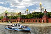 Туристы еще могут прокатиться по Москве-реке. // migranov.ru