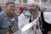 Туристы переодеваются в пиратов. // piratesweekfestival.com
