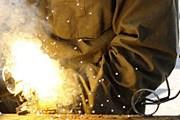 Скульптор работает с бывшим оружием. // alarabonline.org