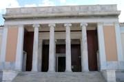 Вход в Национальный археологический музей Афин // Wikipedia
