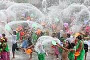 Разбрызгивание воды на фестивале // 4.bp.blogspot.com