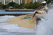 Течение вымывает песок с пляжей. // Gregory Yamamoto