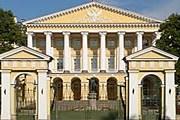Здание Смольного института благородных девиц занимает городское правительство. // 1-day.ru