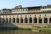Коридор Вазари соединяет два дворца. // uffizitickets.it