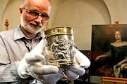Сотрудник музея демонстрирует один из приобретенных кубков. // J. Bednarczy / PAP